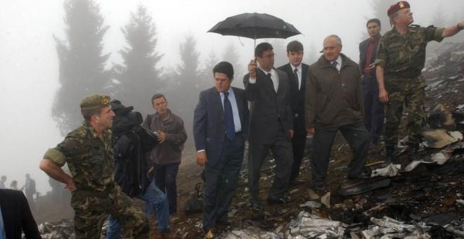 El entonces ministro de Defensa, Federico Trillo, con chaquera azul, en el lugar del accidente, el 27 de mayo de 2003. CHEMA MOYA EFE