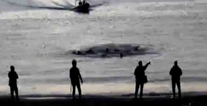Captura de un vídeo en el que se ve a los inmigrantes tratando de alcanzar la playa de Ceuta y a los guardias civiles de operativo en el que murieron personas ahogadas.