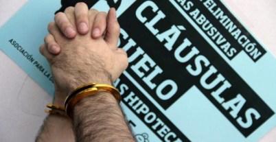 Dos manos atadas en una concentración de Adicae en protesta por las cláusulas suelo. EFE