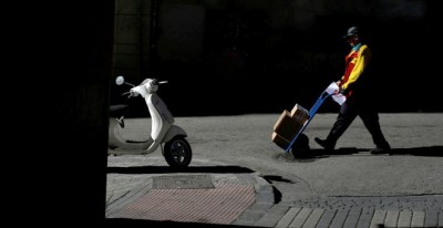 Un repartidor durante su jornada de trabajo en Madrid.- REUTERS/Juan Medina