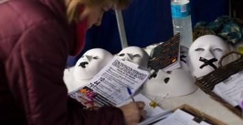 Una ciudadana firma a favor del manifiesto que proponen.CHRISTIAN GONZÁLEZ