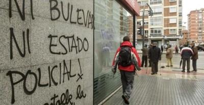 Una pintada en el barrio de Gamonal, contra el bulevar y la actuación de la policía. / Santi Otero (Efe)