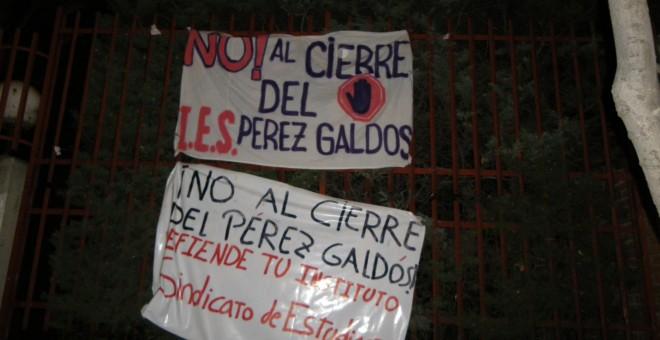 Pancartas colocadas en la fachada del instituto tras el encierro de este jueves.