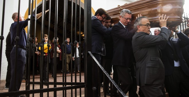 El exministro de Justicia, Alberto Ruiz Gallardón (2ºd), yerno del fallecido José Utrera Molina porta junto a otros allegados el féretro del que fuera ministro en la época franquista.- EFE