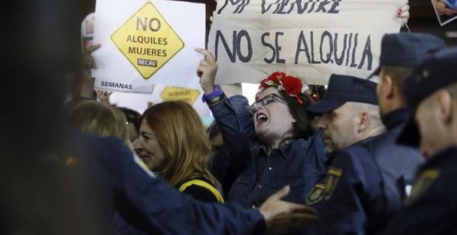 Protestas durante la feria de promoción de la gestación subrogada.EFE/Fernando Alvarado