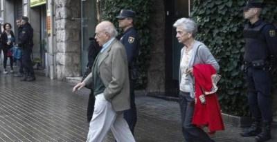Jordi Pujol y Marta Ferrusola salen de casa tras un registro policial, en una imagen de archivo. EFE