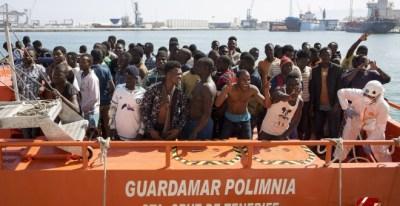 Llegada de la embarcación Guardamar Polimnia de Salvamento Marítimo al puerto de Málaga con los inmigrantes que han sido rescatados cuando viajaban en dos pateras por las cercanías de la isla de Alborán. EFE/Daniel Pérez