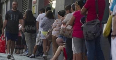 Varias mujeres esperan en la cola del paro. EFE