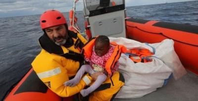 Óscar Camps, durante un rescate en el Mediterráneo / Yannis Behrakis - REUTERS