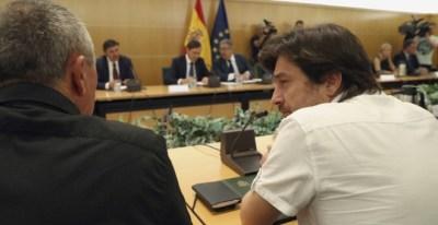 Xavier Domènech (iz), de En Comú Podem y Rafa Mayoral (d), de Podemos, durante la reunión del pacto antiyihadista que preside el ministro del Interior, Juan Ignacio Zoido. EFE/J.J.Guillén