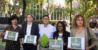 El director general de Oxfam, José María Vera (c), junto a la diputada socialista Dolores Galovart (i), la teniente de alcalde del Ayuntamiento de Madrid, Marta Higueras (2i), la diputada de Podemos Rita Bosaho (2d), y la portavoz de Cooperación e Infanci