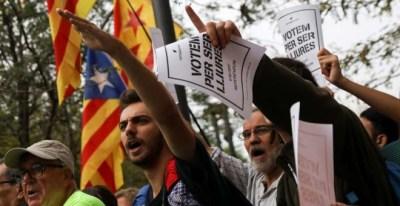 Manifestantes ante la sede del Tribunal Superior de Catalunya. | SUSANA VERA (REUTERS)