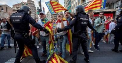 Los ultras revientan la manifestación del 9 d'octubre en Valencia ante la impunidad policial. EFE/Biel Aliño