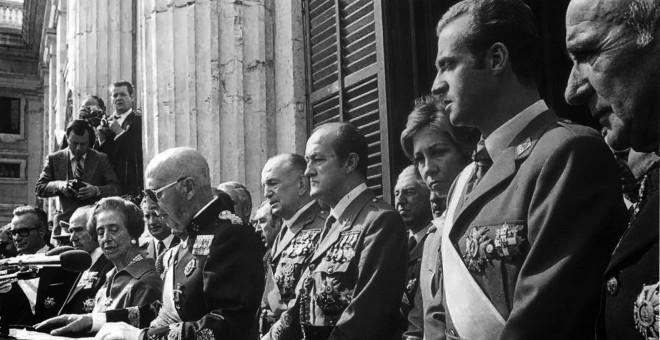 Le dictateur Francisco Franco et le prince d'alors des Asturies et aujourd'hui le roi émérite Juan Carlos de Borbón, dans un acte célébré 59 jours avant la mort du premier.