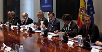 El presidente del Gobierno, Mariano Rajoy, preside en el Complejo de La Moncloa, la reunión del Consejo de Seguridad Nacional rodeado de sus ministros. | CÉSAR PORRAS (EFE)