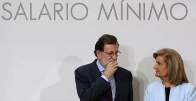 El presidente del Gobierno, Mariano Rajoy, y la ministra de Empleo y Seguridad Social, Fátima Báñez, durante la firma del acuerdo para la subida del SMI. EFE/Ballesteros