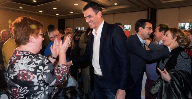 El secretario general del PSOE, Pedro Sánchez, saluda a os militantes y simpatizantes socialistas de Granada, a su llegada a la primera de las más de 50 Asambleas Abiertas a la ciudadanía. EFE/ Miguel Angel Molina