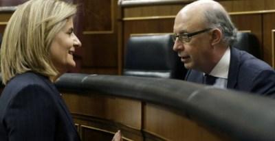 Los ministros de Empleo, Fátima Báñez, y de Hacienda, Cristóbal Montoro, en el Congreso de los Diputados. EFE