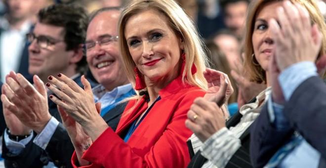 La presidenta de la Comunidad de Madrid, Cristina Cifuentes (c), aplaude durante la Convención Nacional del PP. /EFE