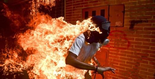 La imagen ganadora del World Press Photo, del venezolano Ronaldo Schemidt.