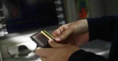 El cobro de comisiones por servicios financieros a los clientes ha permitido a la banca paliar el desplome del negocio tras la crisis.