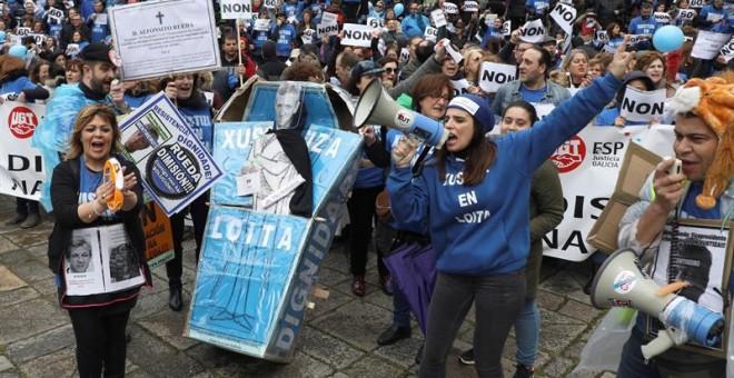 Sindicatos de la Administración de Justicia de Galicia durante una manifestación por las calles de Santiago de Compostela. EFE/Xoán Rey.