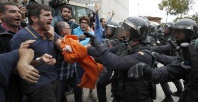 Imagen de una de las cargas policiales del 1-O. EFE