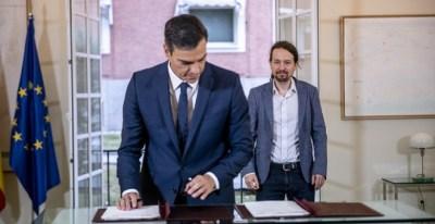 El presidente del Gobierno, Pedro Sánchez, y el líder de Podemos, Pablo Iglesias, en la firma del acuerdo presupuestario / PODEMOS