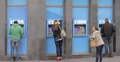 Varios usuarios retiran dinero en efectivo de cajeros automáticos | EFE