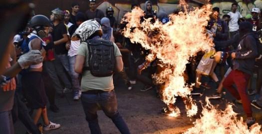 El joven Orlando Figuera envuelto en llamas.- AFP