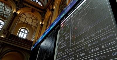 El panel informativo de la Bolsa de Madrid que muestra la evolución del principal indicador del mercado, el IBEX 35. EFE/Chema Moya