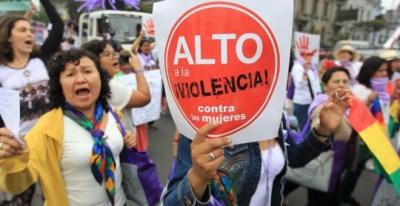 Un grupo de mujeres participa en una protesta contra la violencia de género./ EFE