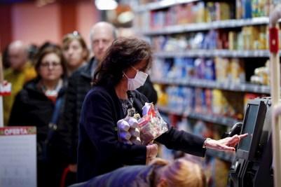 Una mujer hace la compra en un supermercado de San Sebastián. EFE/Javier Etxezarreta