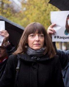 Raquel Tenías, activista y militante de Izquierda Unida y Zaragoza en Común (ZeC), acompañada por el alcalde de Zaragoza, Pedro Santisteve, el día de su juicio en el  juzgado de lo Penal número 13 de Madrid.EFE