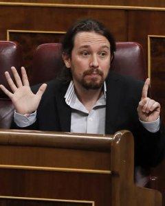El líder de Podemos, Pablo Iglesias,se dirige al ministro del Interior, Juan Antonio Zoido, durante la sesión de control al Gobierno que se celebra hoy en el pleno del Congreso de los Diputados. EFE/Ballesteros