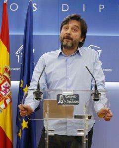 El secretario de Sociedad Civil y Movimiento Popular de Podemos, Rafael Mayoral, durante la rueda de prensa ofrecida en el Congreso de los Diputados para realizar un balance del año 2017. EFE/J.P. Gandul