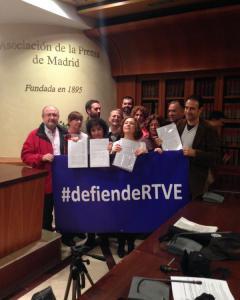 Trabajadores de RTVE el día que presentaron 1.500 firmas en defensa de la televisión pública.- APM