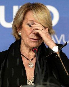 La portavoz del PP en el Ayuntamiento de Madrid, Esperanza Aguirre, durante la rueda de prensa que ha ofrecido hoy después de la reunión con los concejales de su grupo municipal, tras dimitir ayer como presidenta del PP de Madrid. EFE/Emilio Naranjo