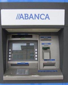 Un cajero automático de una oficia de la entidad gallega Abanca. E.P.