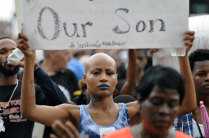 Protestor in Ferguson, Missouri, Aug. 17, 2014 © Loavesofbread   Wikimedia Commons