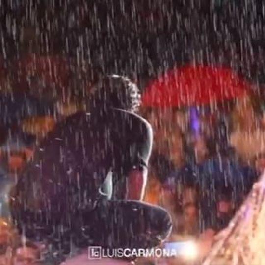 Lo que paso este viernes en Santa Cruz Bolivia. Carlos Vives se le regalo a su publico que ante la lluvia que no paro de principio a fin nunca se fueron y cantaron y bailaron su musica. Orgulloso de poder captar todos estos momentos importantes. @carlosvives #carlosvives #labicicleta #shakira @shakira #santacruz #bolivia film/edit: #luiscarmona @letusdotheworkforyou @puertoricounder @luiscarmona