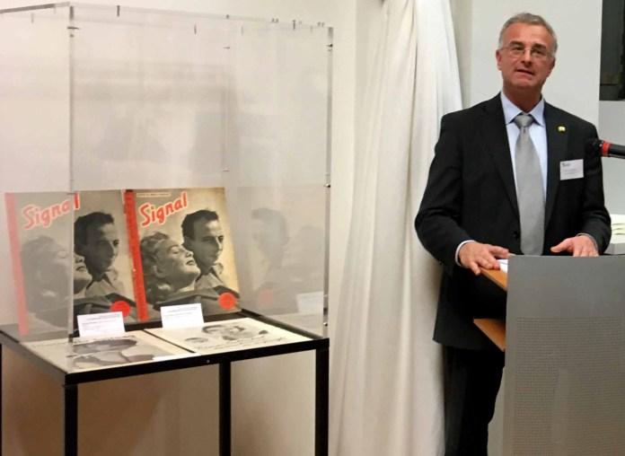 Prof. Dr. Patrick Rössler bei der Ausstellungseröffnung in Paris