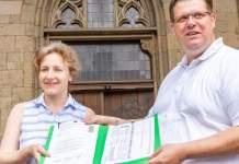 Beigeordneter Alexander Hilge nimmt Antrag auf Bürgerbegehren entgegen