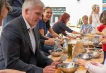 """Oberbürgermeister Andreas Bausewein und weitere Umweltpaten besuchen Kita """"Fuchs und Elster"""""""