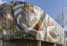 Ein großes Wandbild, daneben ein  Kran