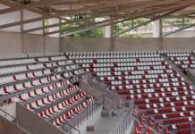 Zuschauerränge mit rot-weißen Sitzschalen