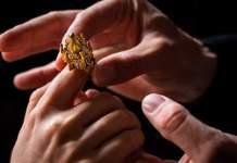 Der Jüdische Hochzeitsring wird angesteckt.