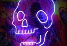Ein leuchtender Totenkopf vor gespraytem Hintergrund