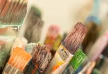 Detailaufnahme benutzter, farbiger Flachpinsel