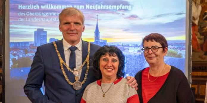 Der Oberbürgermeister und die Bürgermeisterin verabschieden eine Kollegin